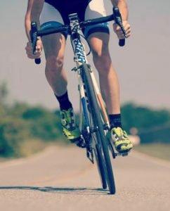 Coureur cycliste à vélo